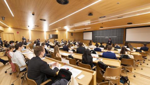 Alumnos de máster de la Facultad de Derecho, en el campus de posgrado de Madrid