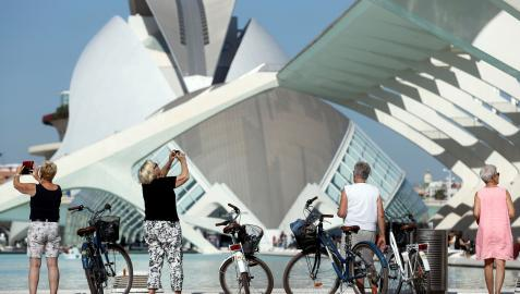 Turistas en la Ciudad de las Artes y las Ciencias de Valencia