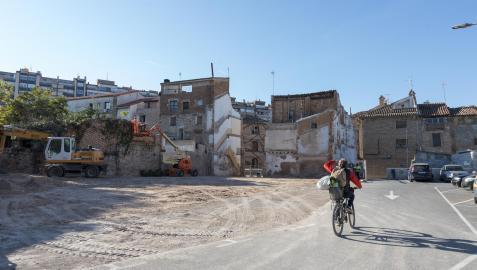 Un ciclista cruza por el parking de Terraplén con la zona que se va a ampliar, a la izquierda de la imagen