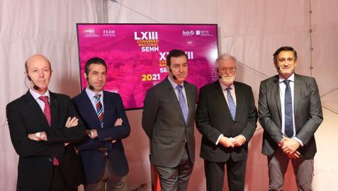 Izda a dcha, Felipe Prósper y Ramón Lecumberri (CUN), Ramón García y Joan Carles Reverter (presidentes SEHH y SETH) y Víctor Jiménez