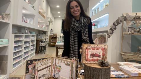 Yolanda Pérez muestra algunas de sus creaciones en ScrapArte Pamplona, en la calle González Tablas