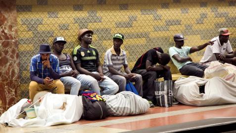 Un grupo de personas migrantes en el Metro de Barcelona