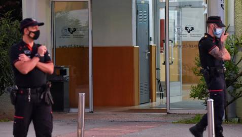 Agentes de la Ertzaintza establecen un dispositivo de seguridad tras un tiroteo en la Facultad de Ciencias y Tecnología de la UPV/EHU