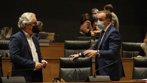 Carlso Pérez-Nievas (izda.) y José Javier Esparza durante el pleno de este jueves
