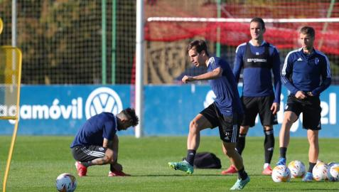 Íñigo Pérez golpea el balón durante el entrenamiento de este jueves 14 de octubre