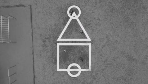 El tablero de El juego del calamar es así: figuras geométricas pintadas con tizas en el suelo simulando este cefalópodo.