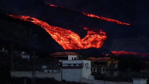 Espectacular imagen de la colada del volcán Cumbre Vieja con Los Llanos en primer término