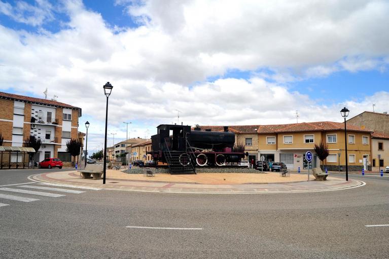 Plaza de la Constitución de Castejón, con el monumento a una antigua locomotora de tren en el centro